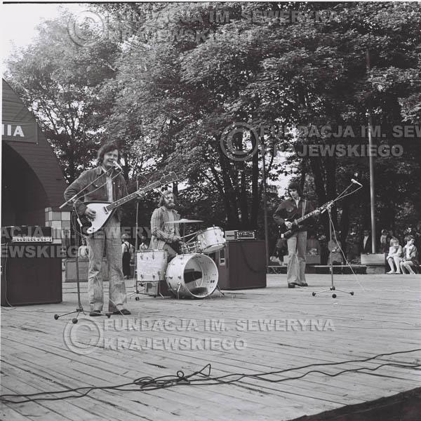 # 1222 - 1973r., Bytom-Bobrek - koncert Czerwonych Gitar w składzie: Seweryn Krajewski, Jerzy Skrzypczyk, Bernard Dornowski.