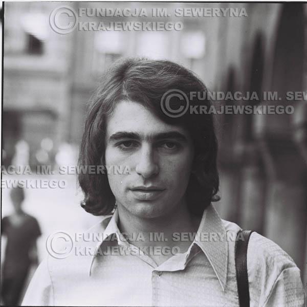 # 1272 - 1975r. Seweryn Krajewski przed Pałacem Młodzieży w Katowicach