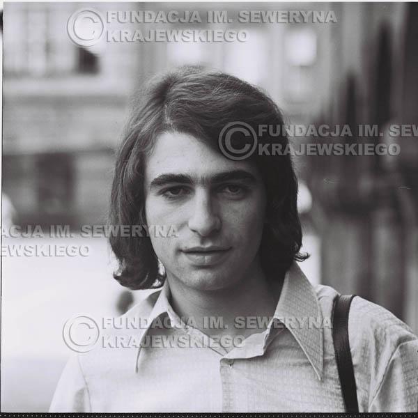 # 1273 - 1975r. Seweryn Krajewski przed Pałacem Młodzieży w Katowicach