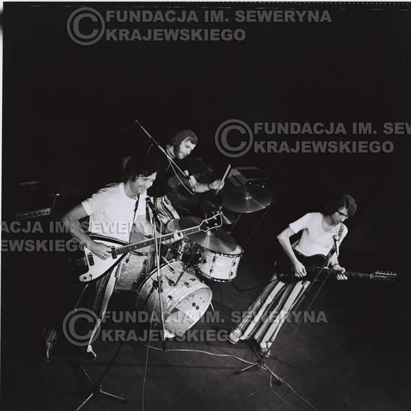 # 1281 - 1973r. koncert Czerwonych Gitar w Poznaniu, od lewej: Bernard Dornowski, Jerzy Skrzypczyk, Seweryn Krajewski.