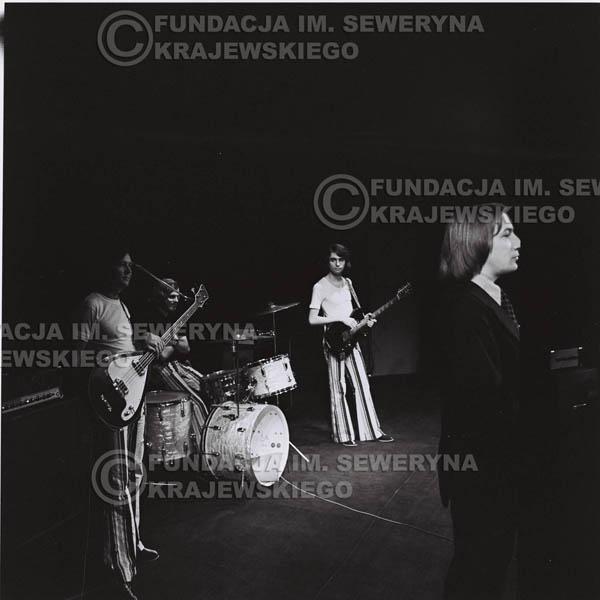 # 1291 - Na pierwszym planie Tadeusz Górny (dziennikarz III programu polskiego radia) – prowadził koncert Czerwonych Gitar w Poznaniu w 1973r.
