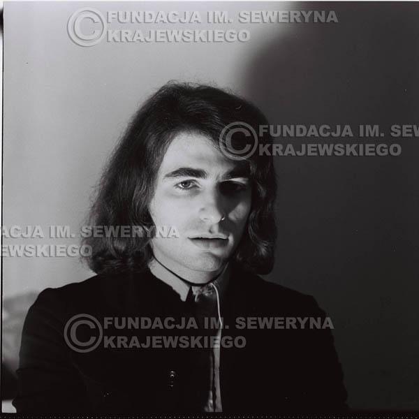 # 1303 - Seweryn Krajewski – 1974r. koncert Czerwonych Gitar w Teatrze Letnim w Sopocie. Dodatkową atrakcją dla widzów była wystawa zdjęć Czerwonych Gitar autorstwa Lesława Sagana, która niestety została skradziona w całości.