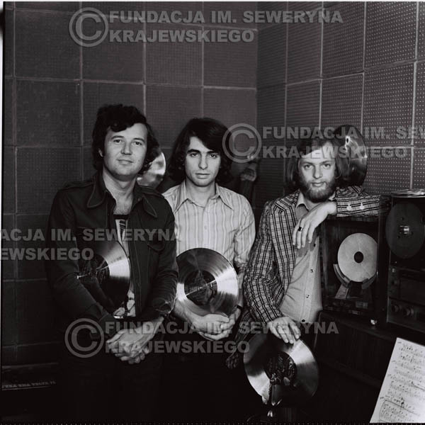 # 1318 - Od lewej: Bernard Dornowski Seweryn Krajewski, Jerzy Skrzypczyk ze Złotymi płytami - 1974r. w małym domowym studio w mieszkaniu Seweryna Krajewskiego w Sopocie.