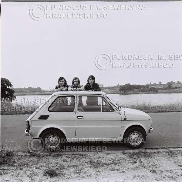 # 1322 - Poznań 1974 rok- Czerwone Gitary (w składzie: Seweryn Krajewski, Bernard Dornowski, Jerzy Skrzypczyk) z Fiatem 126p nad Jeziorem Malta, ówczesna propozycja reklamowa, która jednak nie doszła do skutku. Powstała nawet piosenka o małym polskim Fiacie