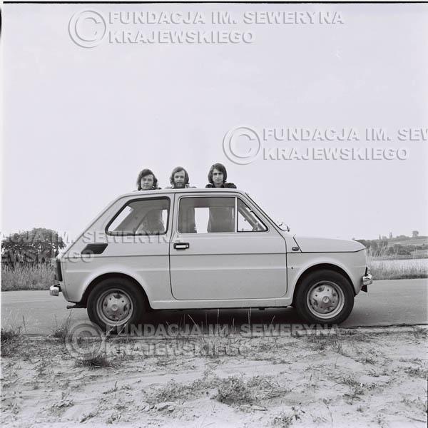 # 1323 - Poznań 1974 rok- Czerwone Gitary (w składzie: Seweryn Krajewski, Bernard Dornowski, Jerzy Skrzypczyk) z Fiatem 126p nad Jeziorem Malta, ówczesna propozycja reklamowa, która jednak nie doszła do skutku. Powstała nawet piosenka o małym polskim Fiacie