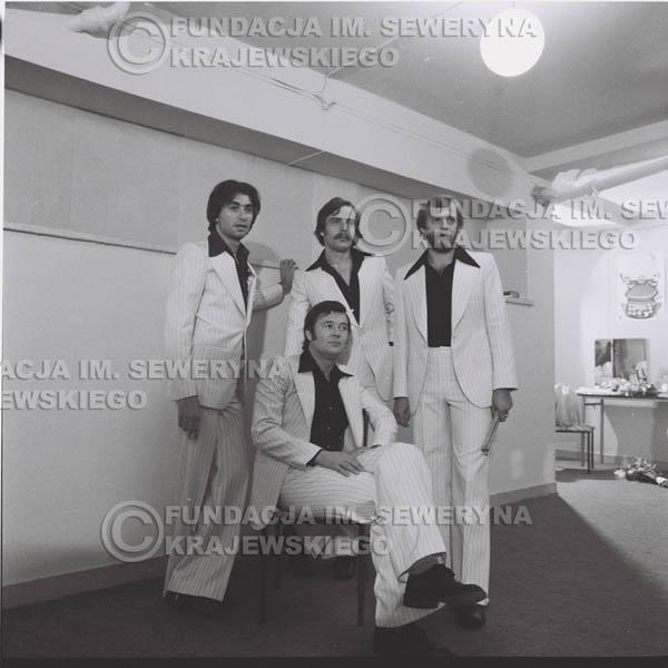 # 1348 - Seweryn Krajewski rozdaje autografy – 1977r. Pierwszy Międzynarodowy Festiwal INTERWIZJI w Sopocie.