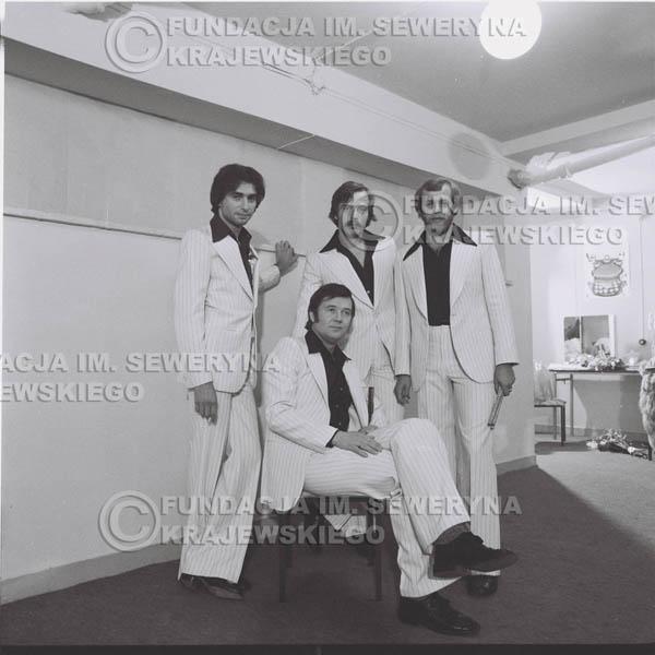 # 1349 - Seweryn Krajewski rozdaje autografy – 1977r. Pierwszy Międzynarodowy Festiwal INTERWIZJI w Sopocie.