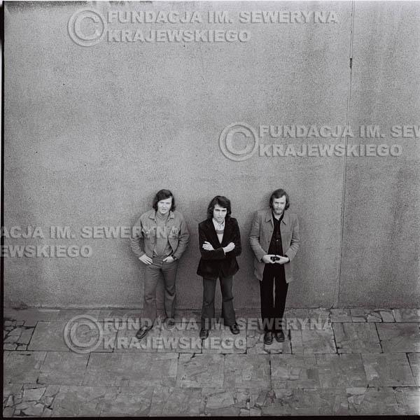 # 1370 - 1973r. Katowice przy Hali Widowiskowo-Sportowej 'Spodek'. Czerwone Gitary w składzie: Seweryn Krajewski, Jerzy Skrzypczyk, Bernard Dornowski.