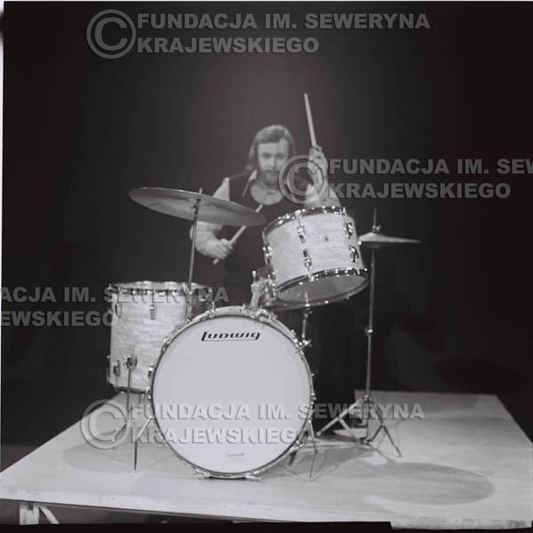 # 1385 - 1975r. studio TV Katowice, wręczenie zespołowi Złotej Płyty za Longplay 'Spokój Serca'. Występ Czerwonych Gitar. Na pierwszym Jerzy Skrzypczyk.