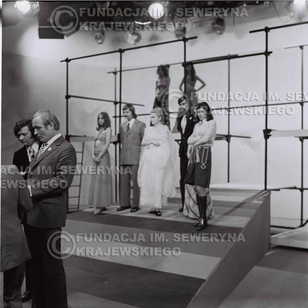 # 1387 - 1975r. studio TV Katowice, wręczenie zespołowi Złotej Płyty za Longplay 'Spokój Serca', na pierwszym planie Józef Pielka (v-ce dyrektor Polskich Nagrań) I Bernard Dornowski.