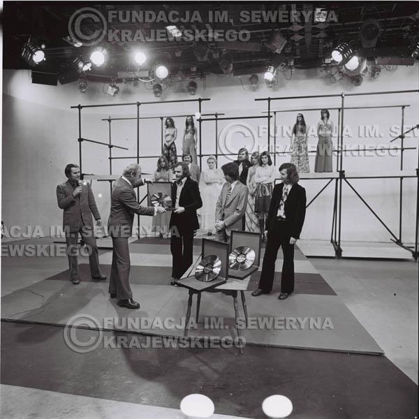 # 1392 - 1975r. studio TV Katowice, wręczenie zespołowi Złotej Płyty za Longplay 'Spokój Serca' przez v-ce dyrektora Polskich Nagrań Józefa Pielkę.