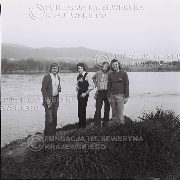 # 1400 - 1975r. sesja zdjęciowa w Sanoku. Czerwone Gitary w składzie: Seweryn Krajewski, Ryszard Kaczmarek , Jerzy Skrzypczyk, , Bernard Dornowski.