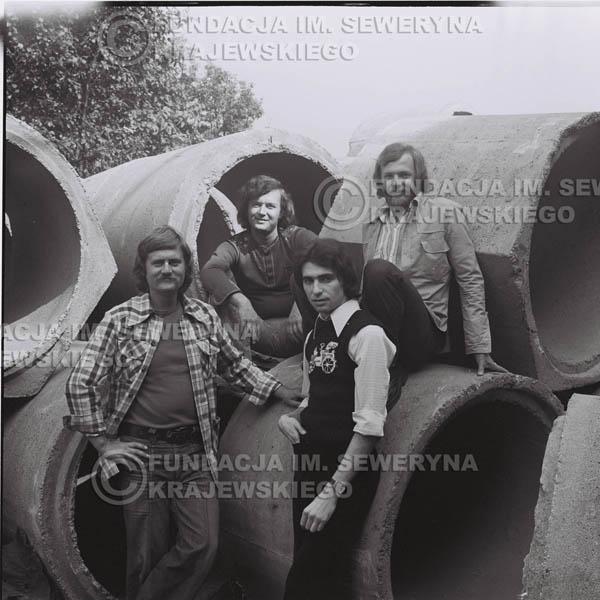 # 1405 - 1975r. sesja zdjęciowa w Sanoku. Czerwone Gitary w składzie: Seweryn Krajewski, Ryszard Kaczmarek , Jerzy Skrzypczyk, , Bernard Dornowski.
