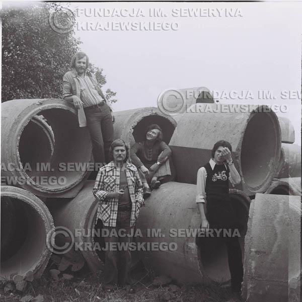 # 1412 - 1975r. sesja zdjęciowa w Sanoku. Czerwone Gitary w składzie: Seweryn Krajewski, Ryszard Kaczmarek , Jerzy Skrzypczyk, , Bernard Dornowski.