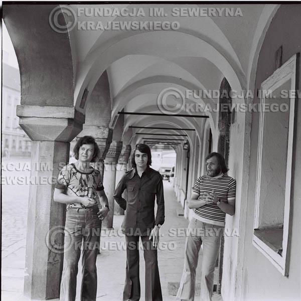 # 1414 - Sesja zdjęciowa na poznańskiej Starówce, 1973r. Czerwone Gitary w składzie: Bernard Dornowski, Seweryn Krajewski, Jerzy Skrzypczyk.