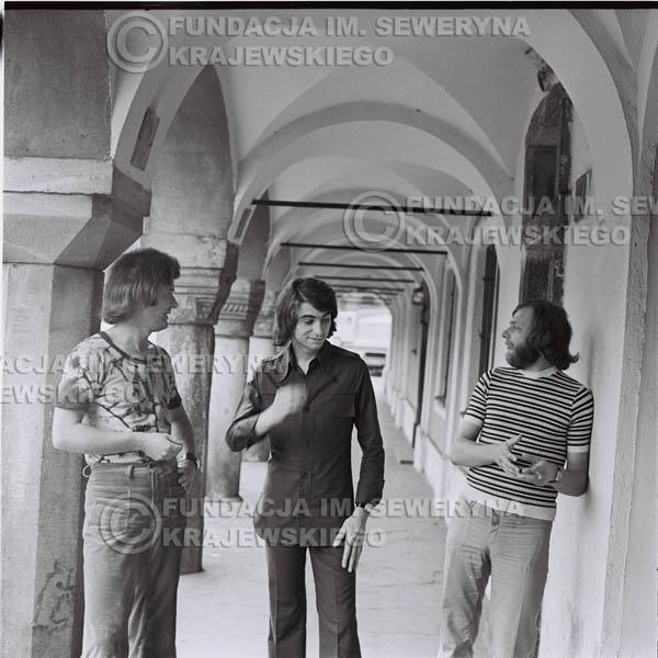 # 1415 - Sesja zdjęciowa na poznańskiej Starówce, 1973r. Czerwone Gitary w składzie: Bernard Dornowski, Seweryn Krajewski, Jerzy Skrzypczyk.