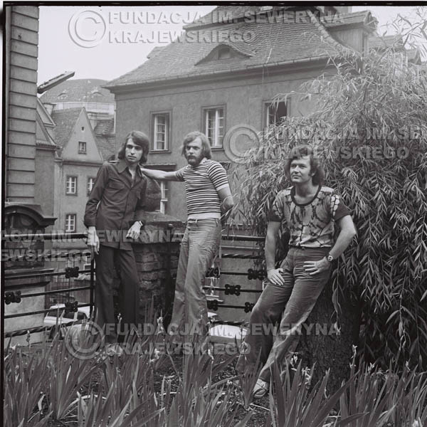# 1419 - Sesja zdjęciowa na poznańskiej Starówce, 1973r. Czerwone Gitary w składzie: Bernard Dornowski, Seweryn Krajewski, Jerzy Skrzypczyk.