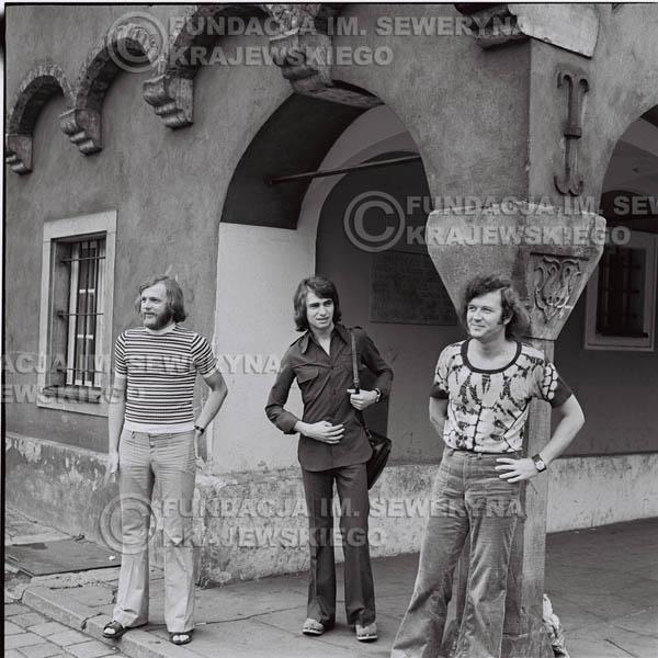# 1421 - Sesja zdjęciowa na poznańskiej Starówce, 1973r. Czerwone Gitary w składzie: Bernard Dornowski, Seweryn Krajewski, Jerzy Skrzypczyk.