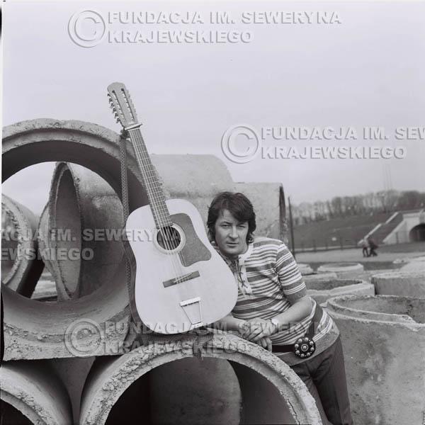 # 1426 - 1971r Krzysztof Klenczon – Gliwice, przed koncertem.