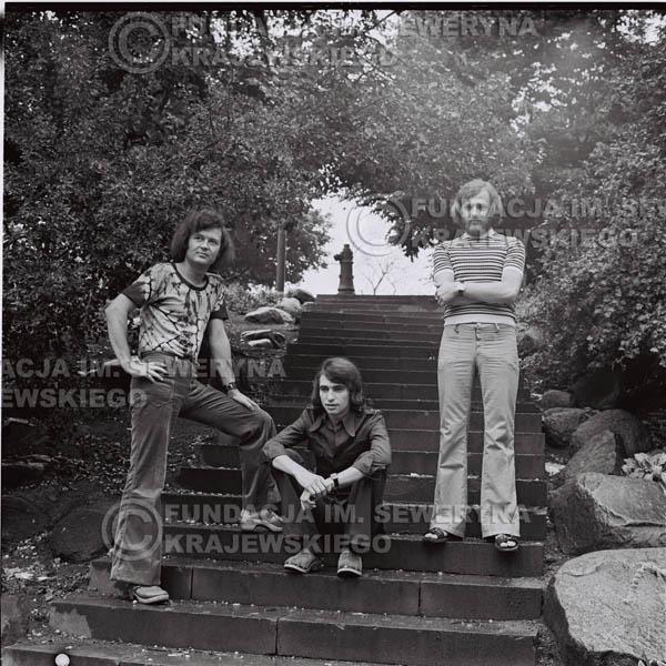 # 1430 - 1973r. Starówka w Katowicach. Czerwone Gitary w składzie: Bernard Dornowski, Seweryn Krajewski, Jerzy Skrzypczyk.