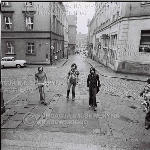 # 1433 - 1973r. Starówka w Poznaniu. Czerwone Gitary w składzie: Bernard Dornowski, Seweryn Krajewski, Jerzy Skrzypczyk.
