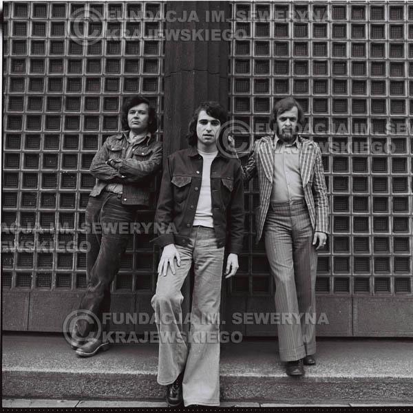 # 1456 - 1973r. sesja zdjęciowa w Gliwicach. Czerwone Gitary w składzie: Bernard Dornowski, Seweryn Krajewski, Jerzy Skrzypczyk.