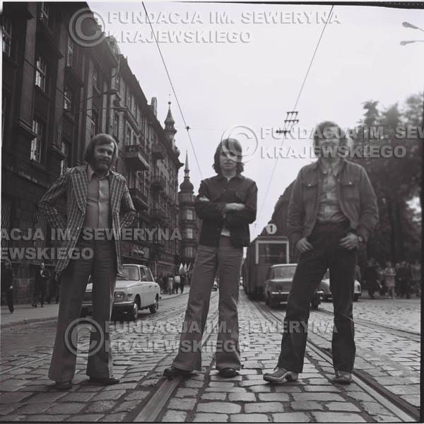 # 1460 - 1973r. sesja zdjęciowa w Gliwicach na ulicy Zwycięstwa. Czerwone Gitary w składzie: Bernard Dornowski, Seweryn Krajewski, Jerzy Skrzypczyk.