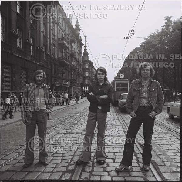 # 1461 - 1973r. sesja zdjęciowa w Gliwicach na ulicy Zwycięstwa. Czerwone Gitary w składzie: Bernard Dornowski, Seweryn Krajewski, Jerzy Skrzypczyk.