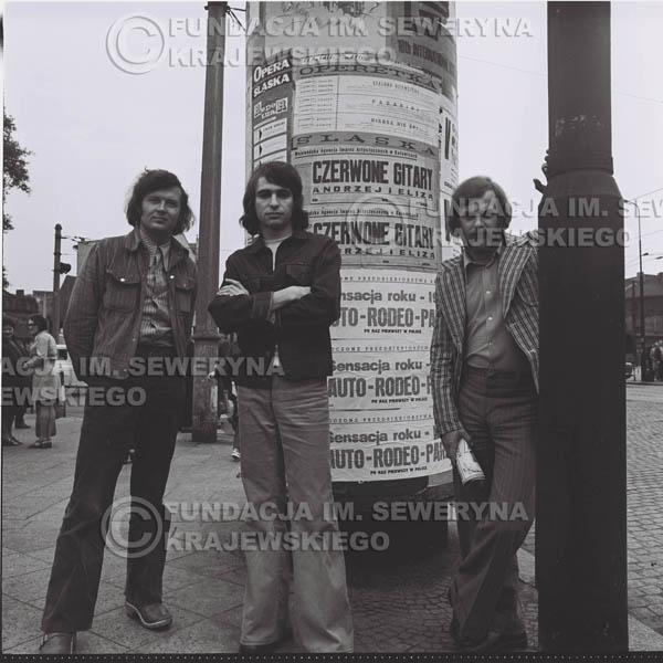 # 1462 - 1973r. sesja zdjęciowa w Gliwicach na ulicy Zwycięstwa. Czerwone Gitary w składzie: Bernard Dornowski, Seweryn Krajewski, Jerzy Skrzypczyk.