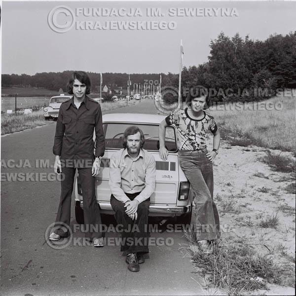 # 1467 - Poznań 1974 rok- Czerwone Gitary (w składzie: Seweryn Krajewski, Bernard Dornowski, Jerzy Skrzypczyk) z Fiatem 126p nad Jeziorem Malta, ówczesna propozycja reklamowa, która jednak nie doszła do skutku. Powstała nawet piosenka o małym polskim Fiacie