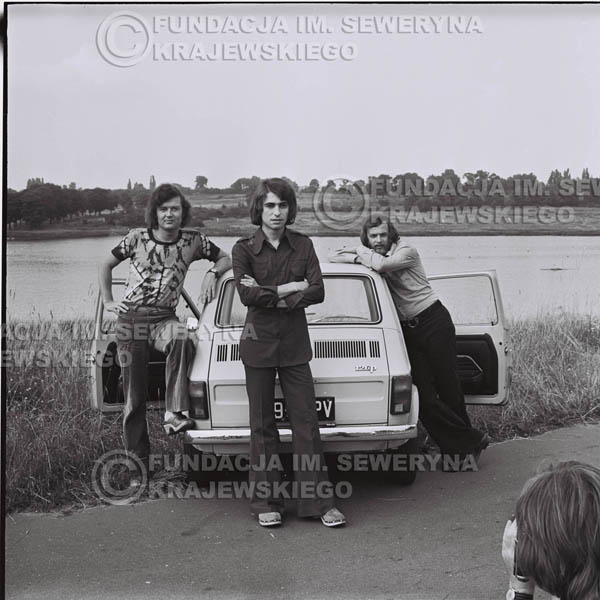 # 1469 - Poznań 1974 rok- Czerwone Gitary (w składzie: Seweryn Krajewski, Bernard Dornowski, Jerzy Skrzypczyk) z Fiatem 126p nad Jeziorem Malta, ówczesna propozycja reklamowa, która jednak nie doszła do skutku. Powstała nawet piosenka o małym polskim Fiacie