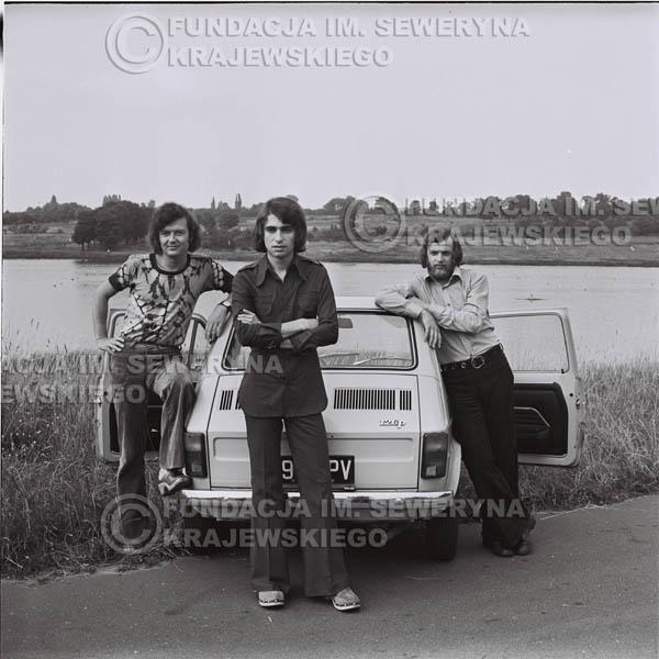 # 1471 - Poznań 1974 rok- Czerwone Gitary (w składzie: Seweryn Krajewski, Bernard Dornowski, Jerzy Skrzypczyk) z Fiatem 126p nad Jeziorem Malta, ówczesna propozycja reklamowa, która jednak nie doszła do skutku. Powstała nawet piosenka o małym polskim Fiacie