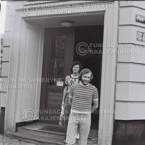 # 1472 - 1973r. Poznań, sesja zdjęciowa na ulicach Poznania. Czerwone Gitary w składzie: Bernard Dornowski, Seweryn Krajewski, Jerzy Skrzypczyk.
