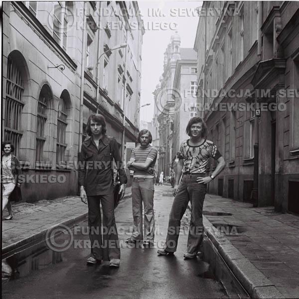 # 1477 - 1973r. Poznań, sesja zdjęciowa na ulicach Poznania. Czerwone Gitary w składzie: Bernard Dornowski, Seweryn Krajewski, Jerzy Skrzypczyk.