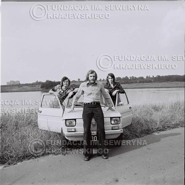 # 1487 - Poznań 1974 rok- Czerwone Gitary (w składzie: Seweryn Krajewski, Bernard Dornowski, Jerzy Skrzypczyk) z Fiatem 126p nad Jeziorem Malta, ówczesna propozycja reklamowa, która jednak nie doszła do skutku. Powstała nawet piosenka o małym polskim Fiacie