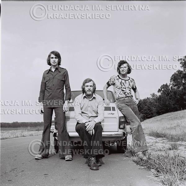 # 1488 - Poznań 1974 rok- Czerwone Gitary (w składzie: Seweryn Krajewski, Bernard Dornowski, Jerzy Skrzypczyk) z Fiatem 126p nad Jeziorem Malta, ówczesna propozycja reklamowa, która jednak nie doszła do skutku. Powstała nawet piosenka o małym polskim Fiacie