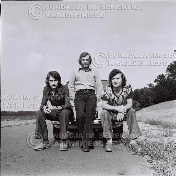 # 1489 - Poznań 1974 rok- Czerwone Gitary (w składzie: Seweryn Krajewski, Bernard Dornowski, Jerzy Skrzypczyk) z Fiatem 126p nad Jeziorem Malta, ówczesna propozycja reklamowa, która jednak nie doszła do skutku. Powstała nawet piosenka o małym polskim Fiacie