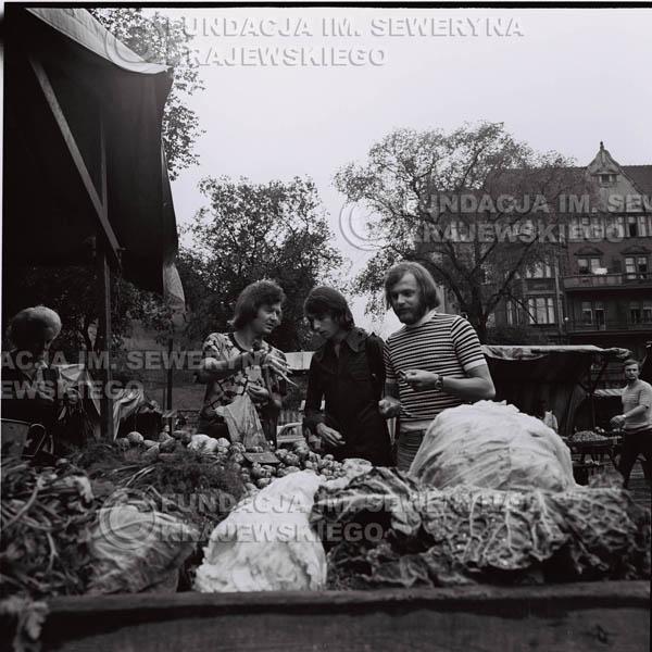 # 1492 - 1973r. Poznań, sesja zdjęciowa na ulicach Poznania. Czerwone Gitary w składzie: Bernard Dornowski, Seweryn Krajewski, Jerzy Skrzypczyk.