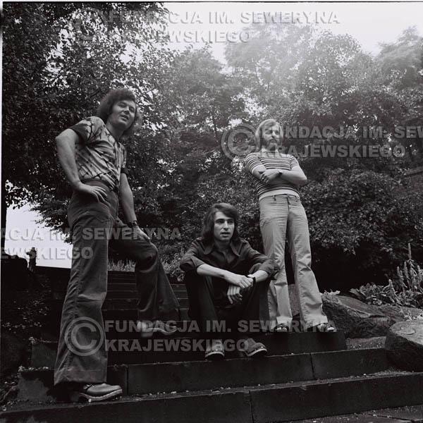 # 1494 - 1973r. Poznań, sesja zdjęciowa na ulicach Poznania. Czerwone Gitary w składzie: Bernard Dornowski, Seweryn Krajewski, Jerzy Skrzypczyk.