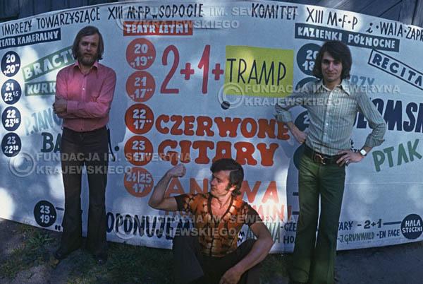 # 1564 - 1973r. imprezy towarzyszące XIII Międzynarodowemu Festiwalowi Piosenki, sesja przed Teatrem Letnim w Sopocie: Jerzy Skrzypczyk, Bernard Dornowski, Seweryn Krajewski.