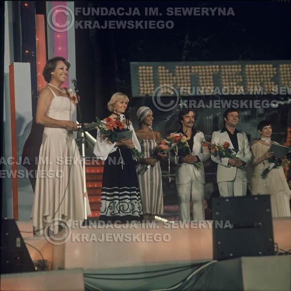 # 1628 - 1977r. Międzynardowy Festiwal Interwizji w Sopocie, na pierwszym Planie Irena Dziedzic (prowadziła koncert), dalej Helena Vondraczkowa, Jan Pospieszalski, Bernard Dornowski.