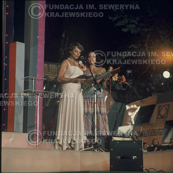 # 1629 - 1977r. Międzynardowy Festiwal Interwizji w Sopocie, na pierwszym Planie Irena Dziedzic (prowadziła koncert), dalej Helena Vondraczkowa, Jan Pospieszalski, Bernard Dornowski.