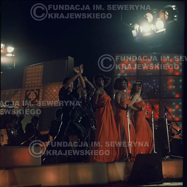 # 1630 - 1977r. Międzynardowy Festiwal Interwizji w Sopocie, na pierwszym Planie Irena Dziedzic (prowadziła koncert), dalej Helena Vondraczkowa, Jan Pospieszalski, Bernard Dornowski.