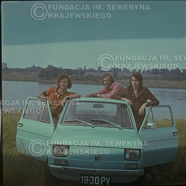 # 1646 - Poznań 1974 rok- Czerwone Gitary (w składzie: Seweryn Krajewski, Bernard Dornowski, Jerzy Skrzypczyk) z Fiatem 126p nad Jeziorem Malta, ówczesna propozycja reklamowa, która jednak nie doszła do skutku. Powstała nawet piosenka o małym polskim Fiacie