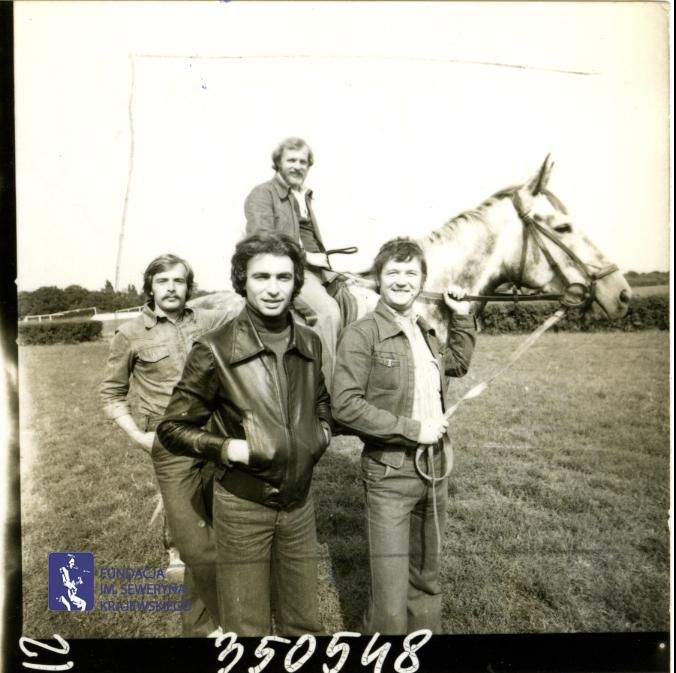 # 1650 - 1977 r. - Czerwone Gitary z Janem Pospieszalskim na terenie wyścigów konnych