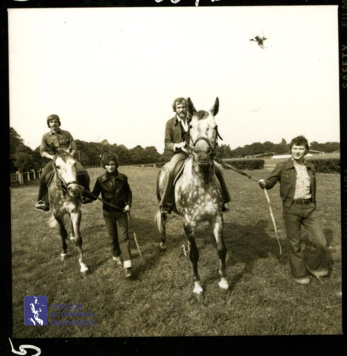# 1652 - 1977 r. - Czerwone Gitary z Janem Pospieszalskim na terenie wyścigów konnych