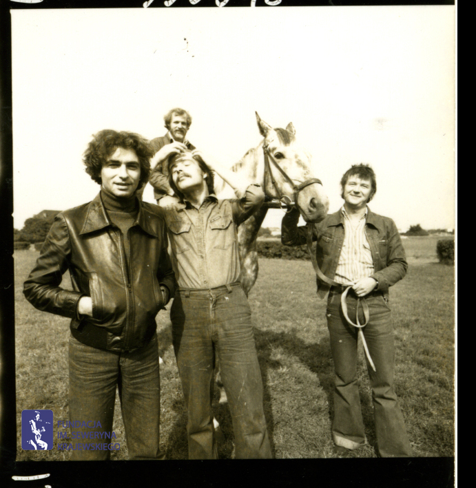 # 1654 - 1977 r. - Czerwone Gitary z Janem Pospieszalskim na terenie wyścigów konnych