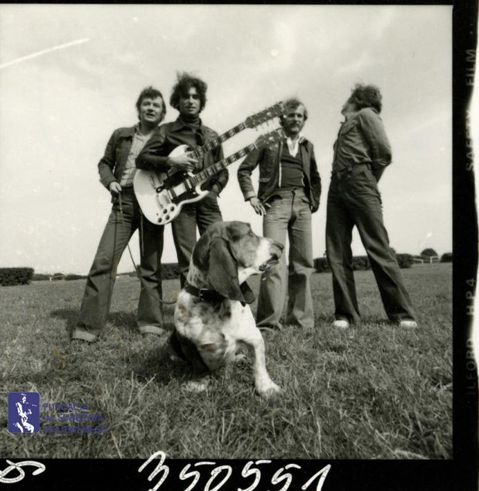 # 1661 - 1977 r. - Czerwone Gitary z Janem Pospieszalskim na terenie wyścigów konnych