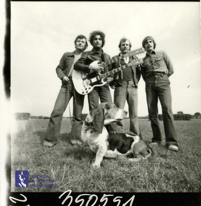 # 1662 - 1977 r. - Czerwone Gitary z Janem Pospieszalskim na terenie wyścigów konnych