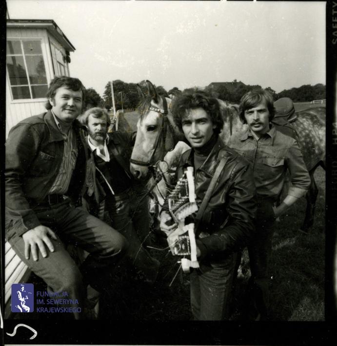 # 1664 - 1977 r. - Czerwone Gitary z Janem Pospieszalskim na terenie wyścigów konnych